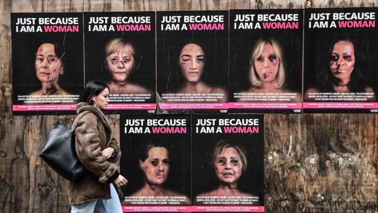 Sept affiches collées sur du bois.