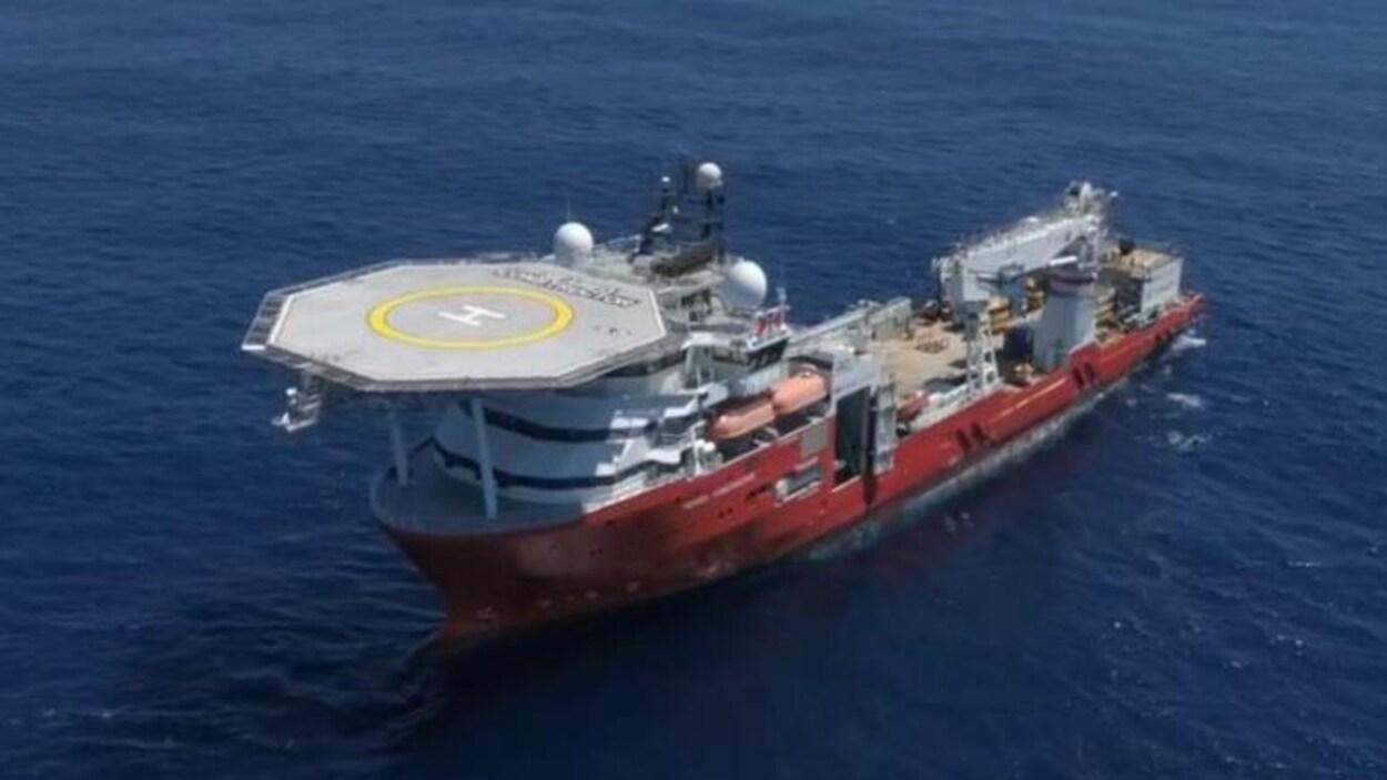 Le navire Seabed Constructor est surmonté d'une grande plate-forme pour hélicoptère