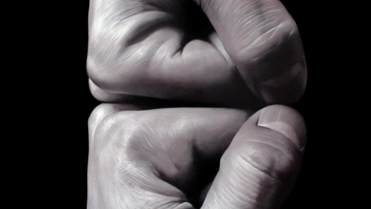 Des poings fermés serrés l'un contre l'autre
