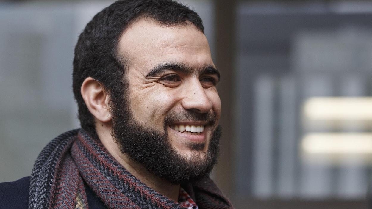 Gros plan sur le visage souriant d'Omar Khadr.
