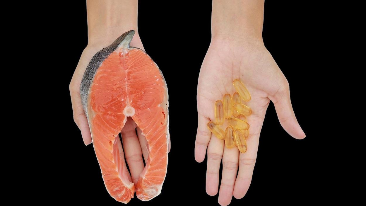 Deux mains, l'une contenant des suppléments d'oméga-3, l'autre un morceau de saumon.