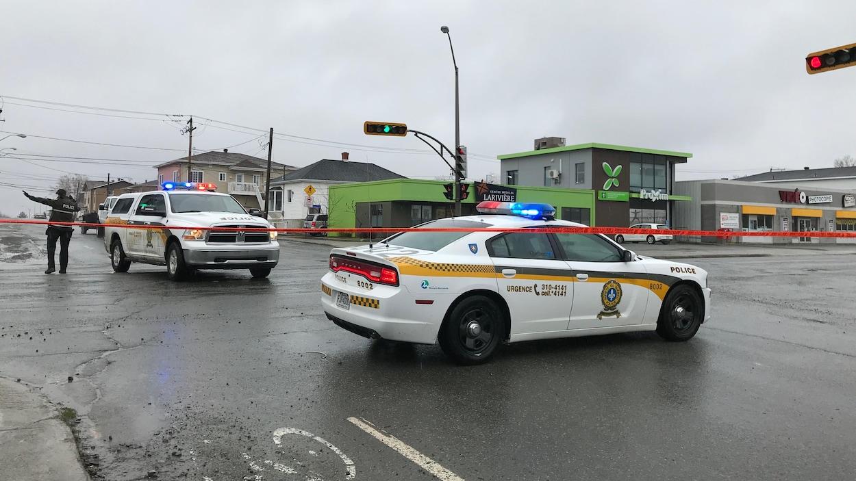 Des voitures de la Sûreté du Québec sont placées pour barrer des rues.