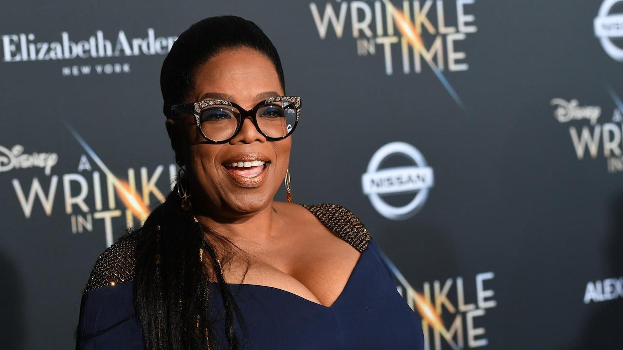 Oprah Winfrey posant pour les caméras lors d'un tapis rouge.