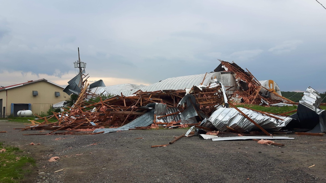 Des bâtiments ont subi de lourds dommages.