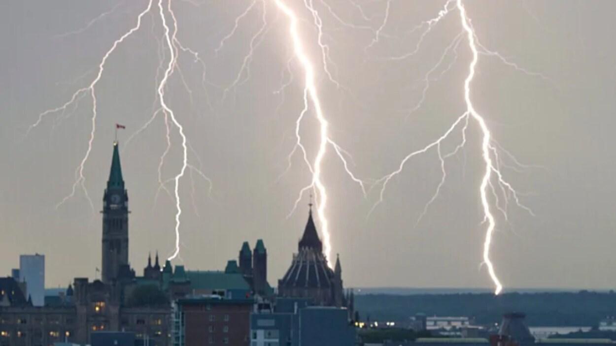 De la foudre dans le ciel d'Ottawa.