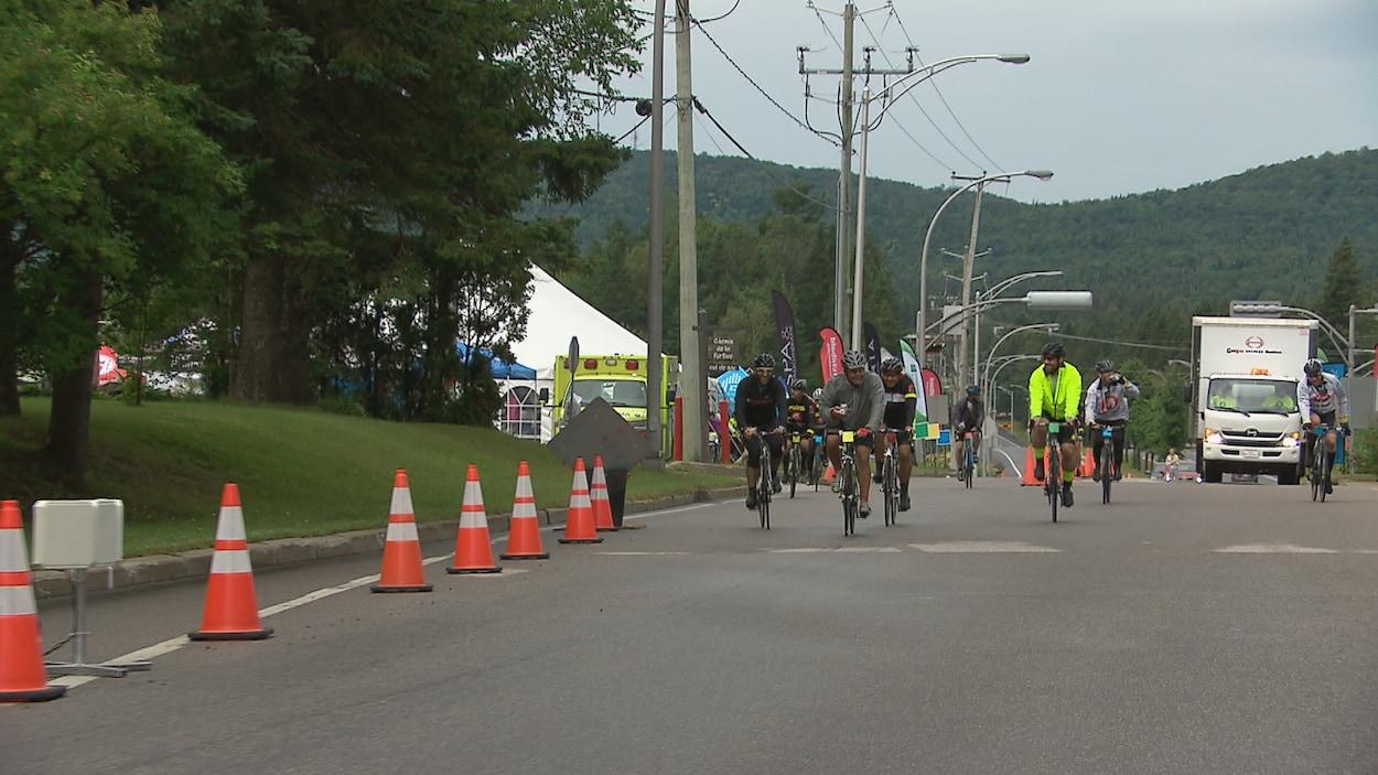 Des cyclistes qui participent au défi 24h du Lac-Beauport.
