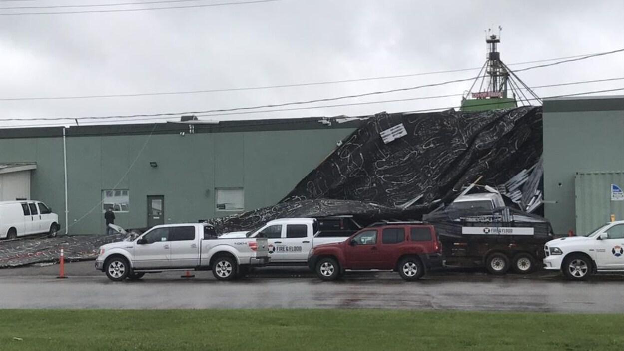 La toiture d'un bâtiment effondrée sur un parking.