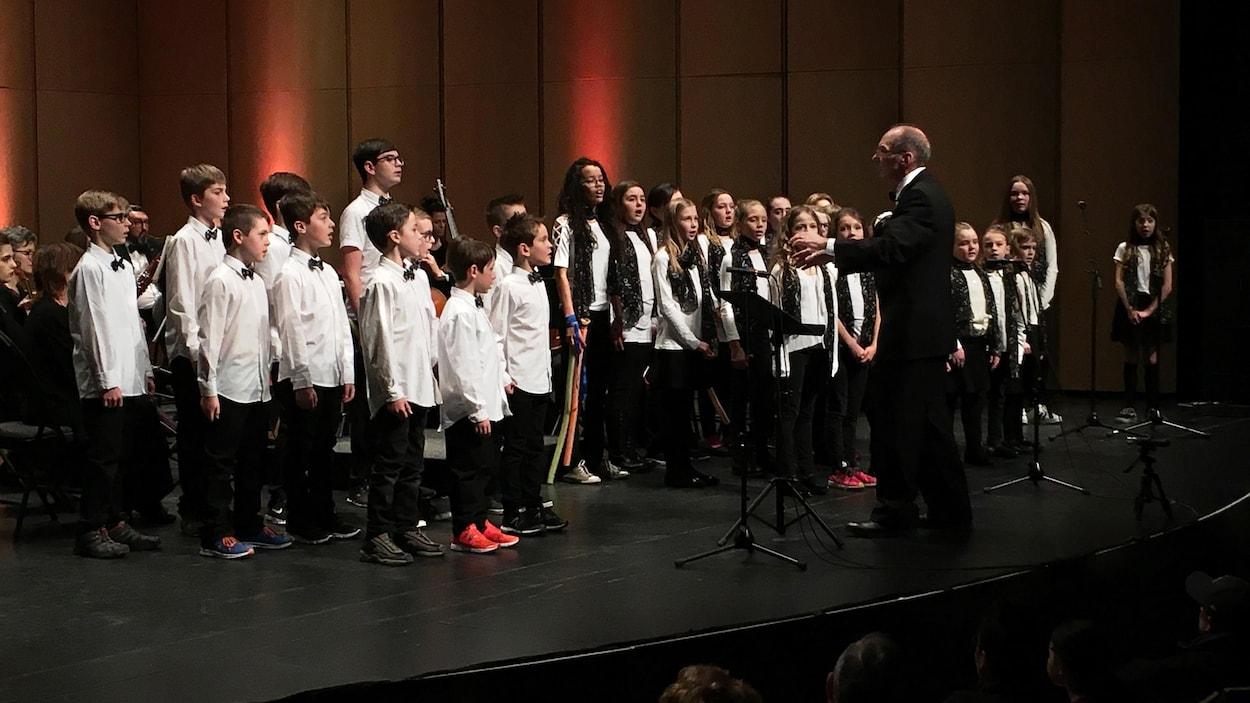 Les enfants chantent sur scène au Théâtre Banque nationale.