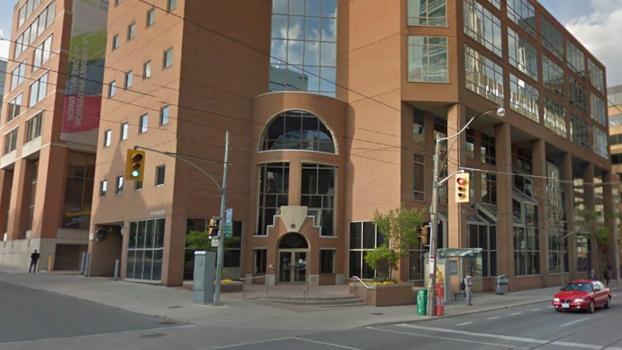 On voit le siège du Collège des médecins et chirurgiens de l'Ontario au centre-ville de Toronto.