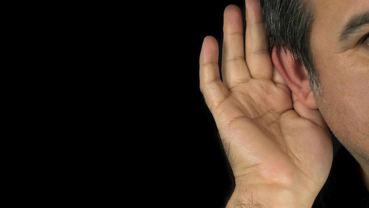 Un homme tend l'oreille