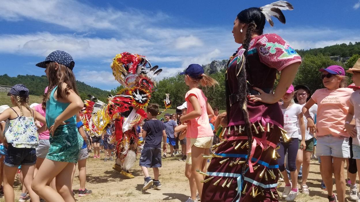Des enfants qui dansent avec des Autochtones.