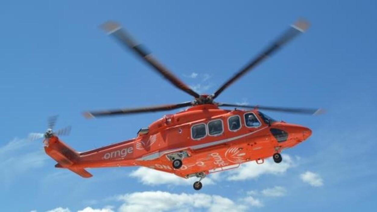 Un hélicoptère du service d'ambulance aérienne Ornge en plein vol.