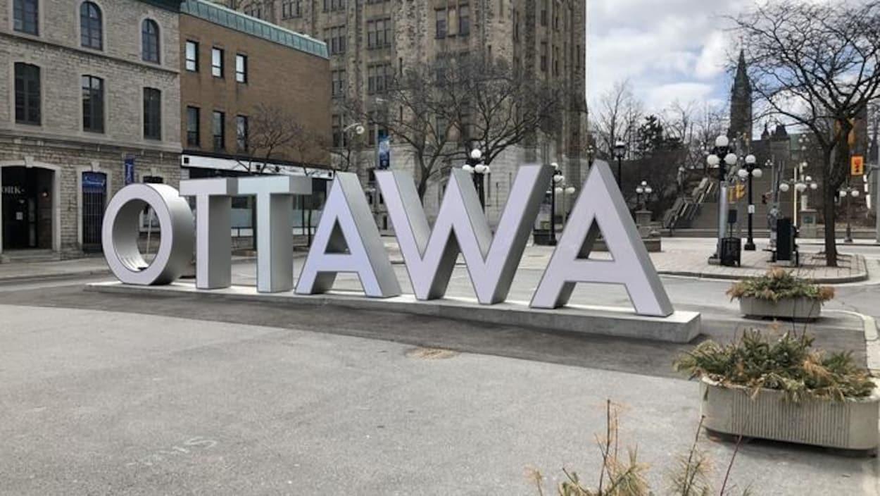 Le signe géant « Ottawa », qui se situe dans le marché By. Derrière, les rues sont vides.