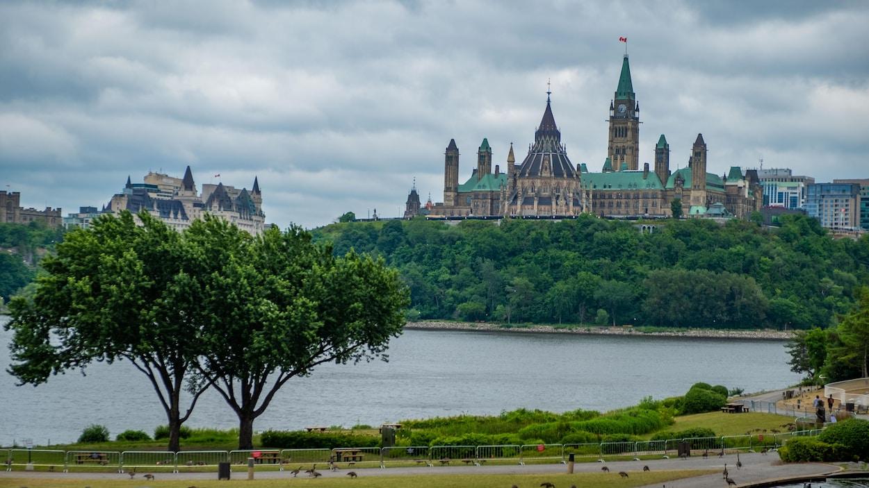 Le Parlement d'Ottawa vu du Musée canadien de l'histoire à Gatineau.