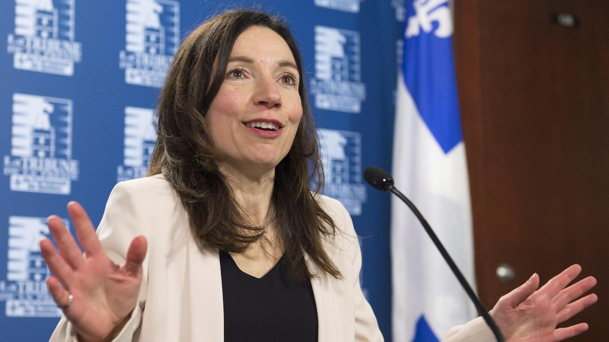 La candidate à la chefferie du Bloc québécois, Martine Ouellet, en conférence de presse à Québec