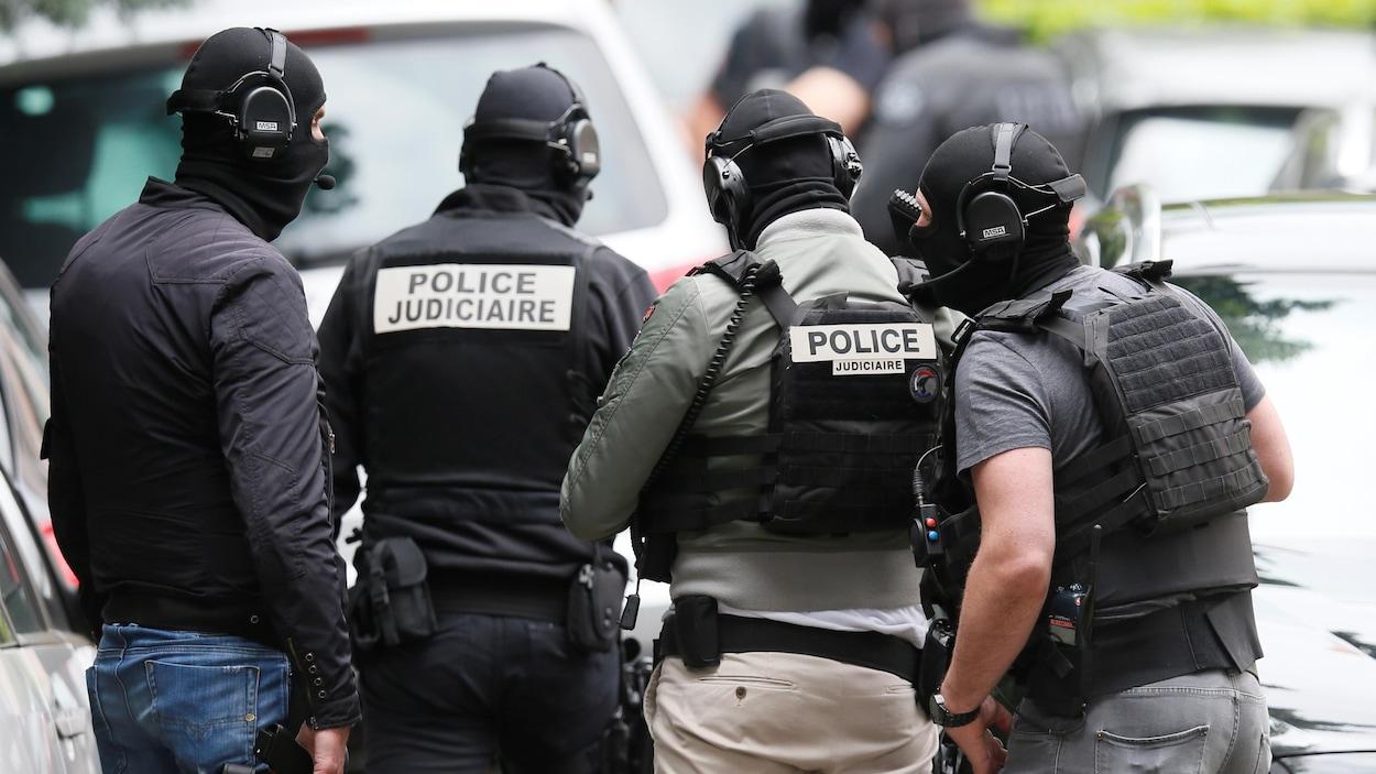 Des enquêteurs lors d'une perquisition à Oullins, près de Lyon le 27 mai 2019