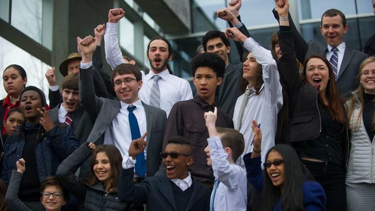 Réunis, les jeunes plaignants, certains avec un bras dans les airs.