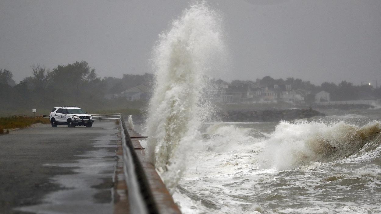 Hautes vagues frappant le rivage.