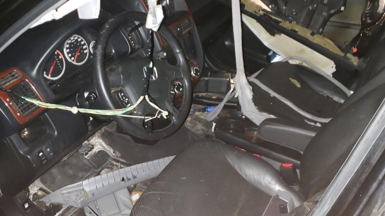 L'intérieur d'un véhicule abîmé et en désordre à la suite du passage de l'ours.