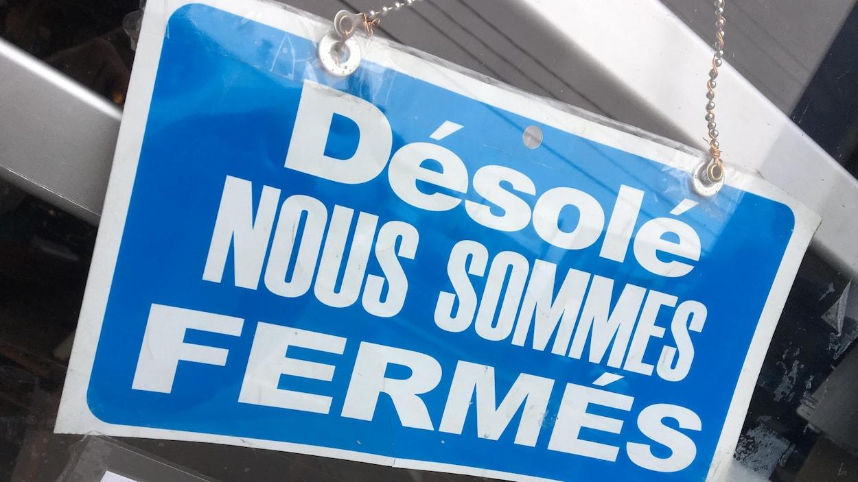 Une affiche qui indique qu'un commerce est fermé.