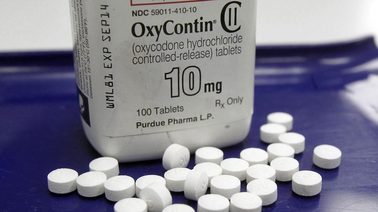 Des comprimés devant une bouteille d'OxyContin.