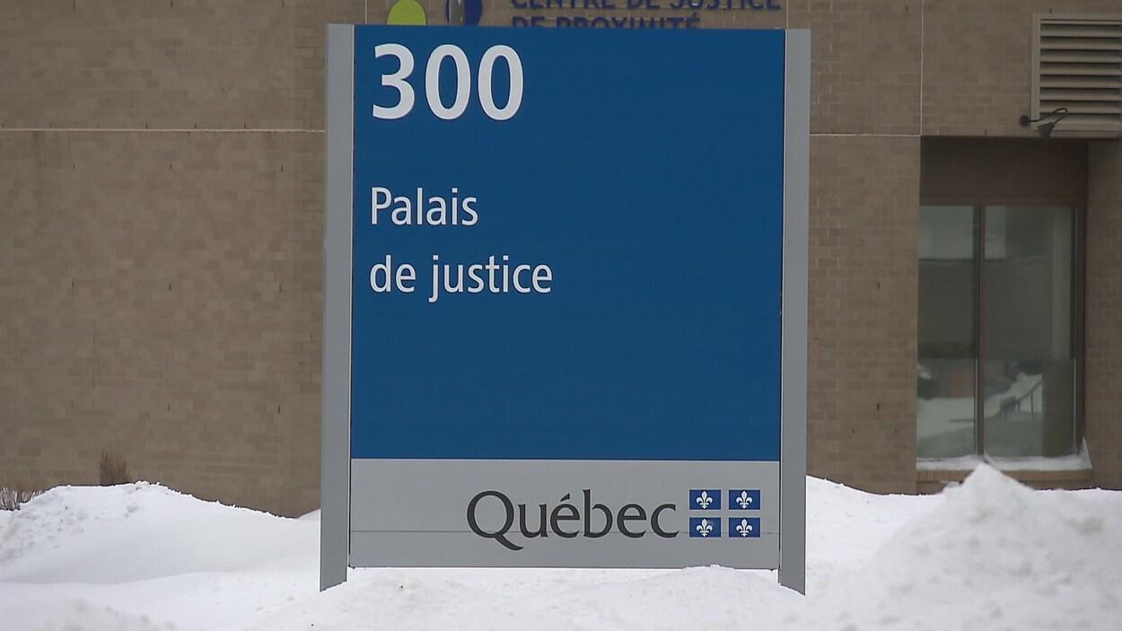 Affiche du palais de justice de Québec
