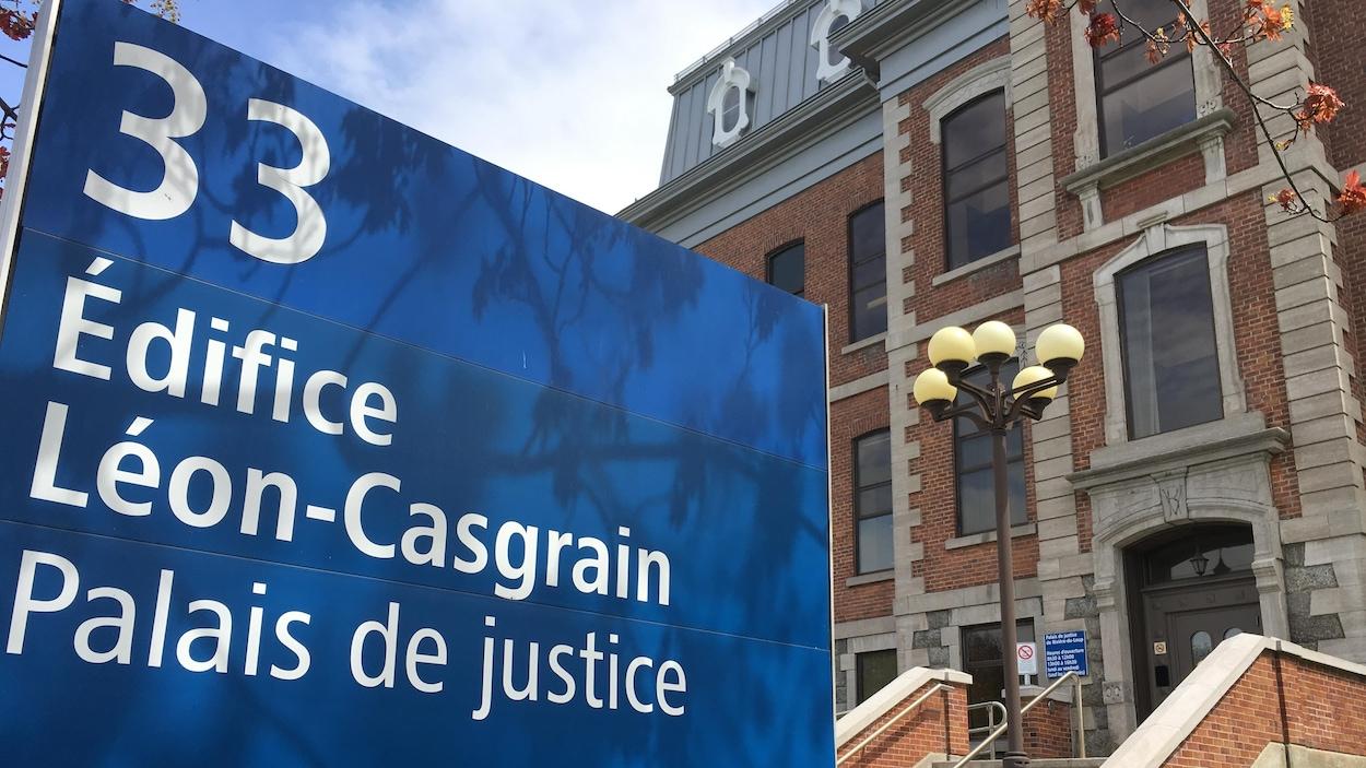 """L'affiche """"Édifice Léo-Casgrain"""" à l'entrée du palais de justice de Rivière-du-Loup."""