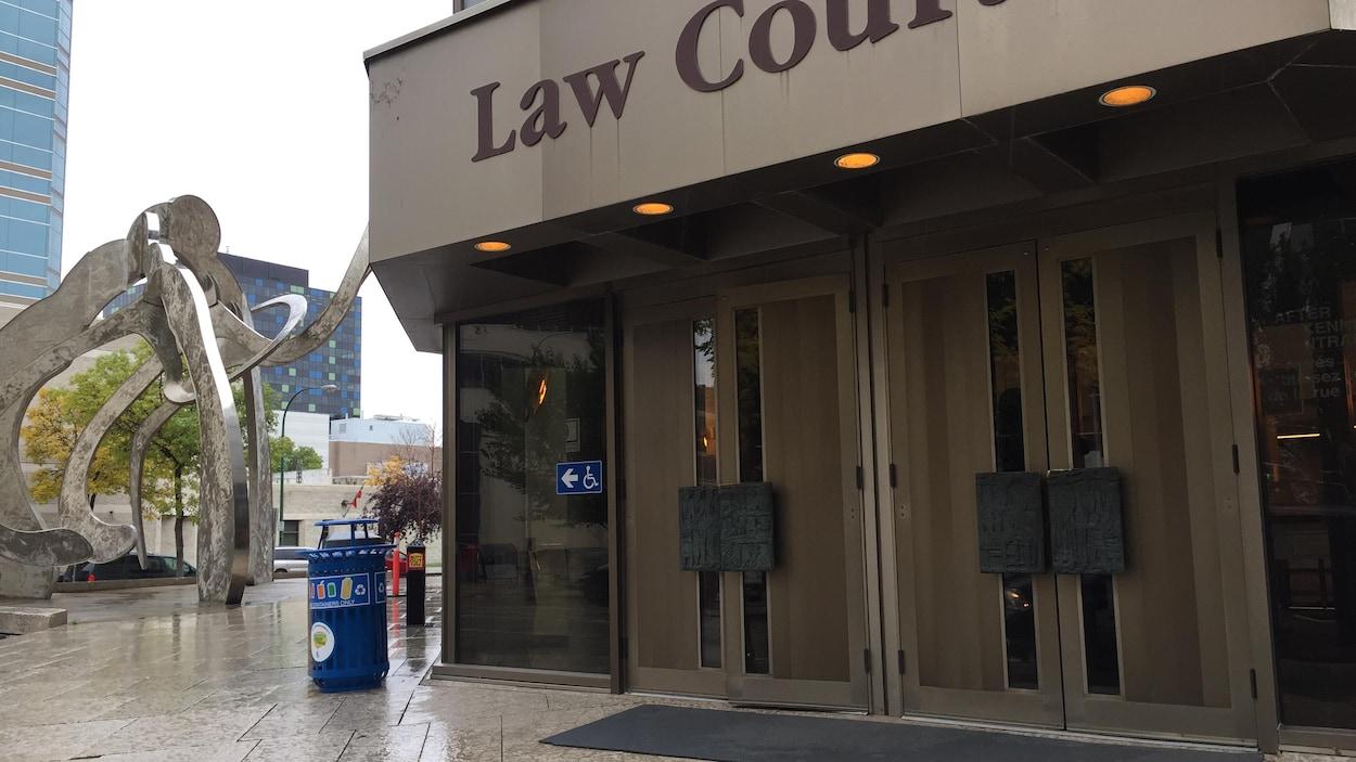 Le palais de justice de Winnipeg, dans la pluie.
