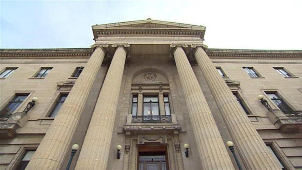 Un plan rapproché de l'entrée du palais législatif à Regina.