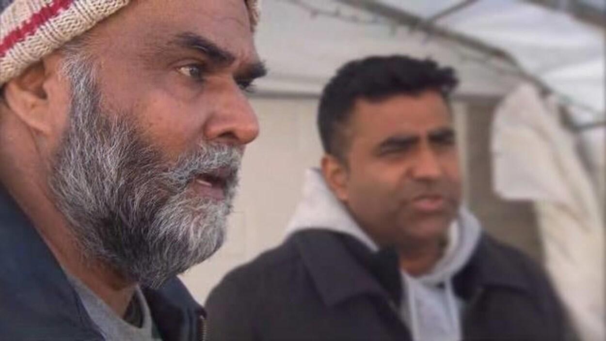 Deux hommes d'origine indienne en entrevue.