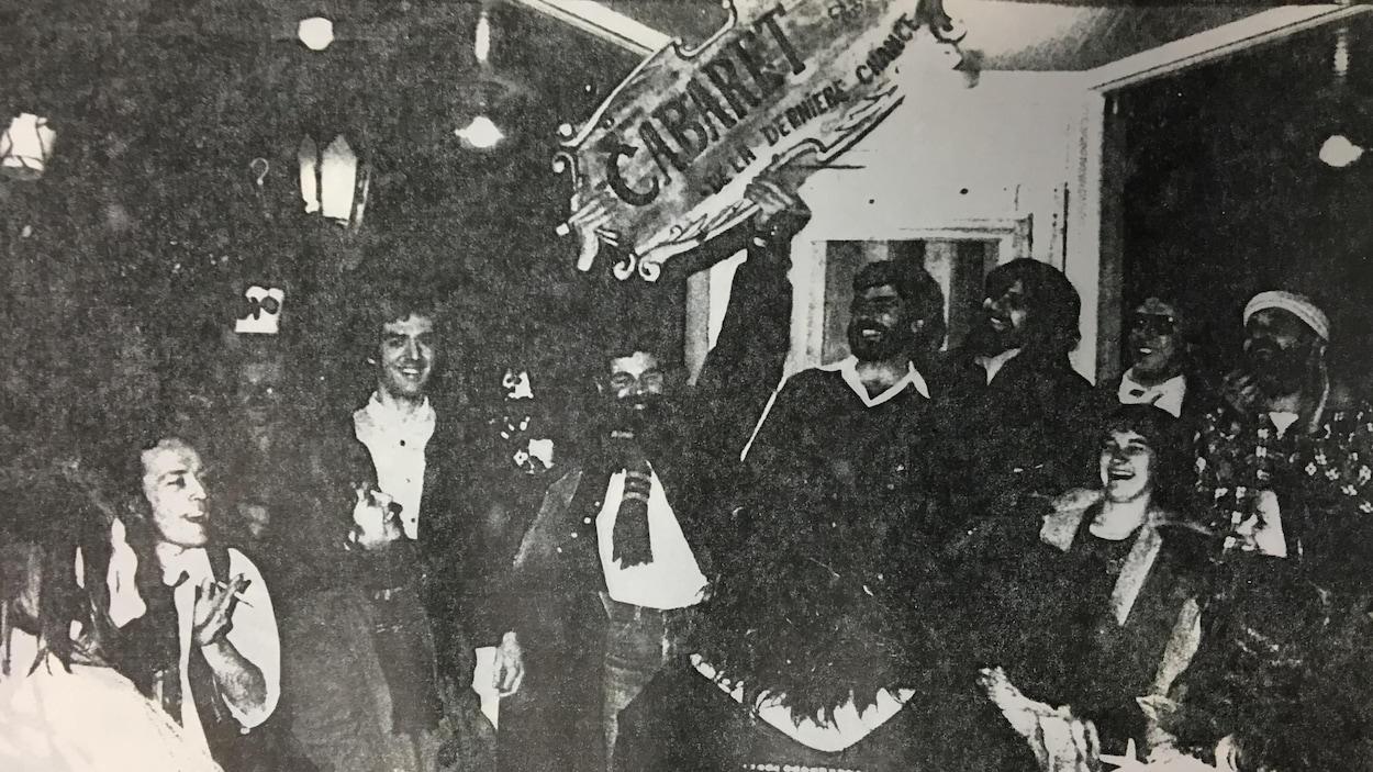 1982 : accrochage de l'enseigne du Cabaret de la dernière chance qui trône toujours au dessus de la porte de l'établissement