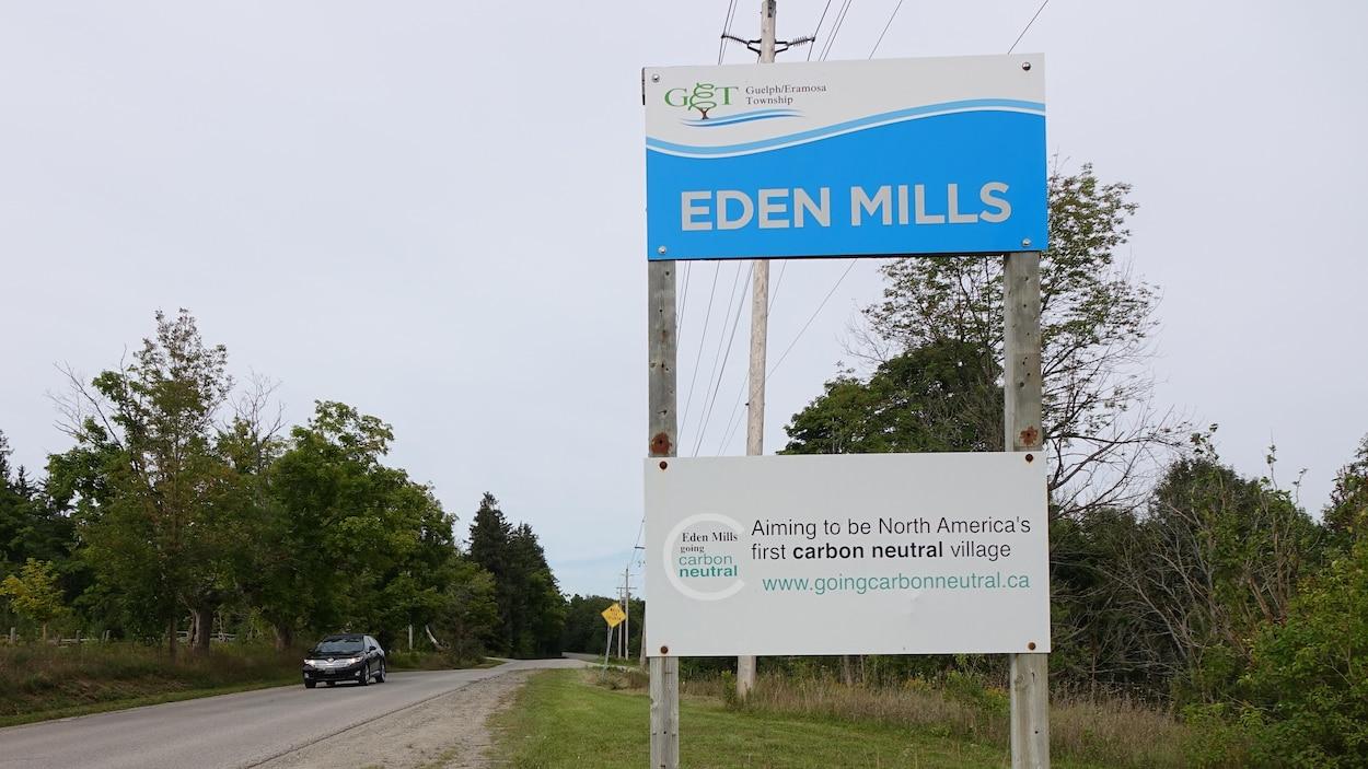 Sur la pancarte : «Eden Mills vise à devenir le premier village carboneutre d'Amérique du Nord».