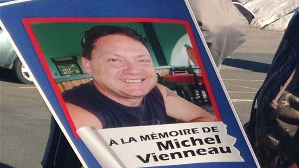 Une pancarte rendant hommage à Michel Vienneau