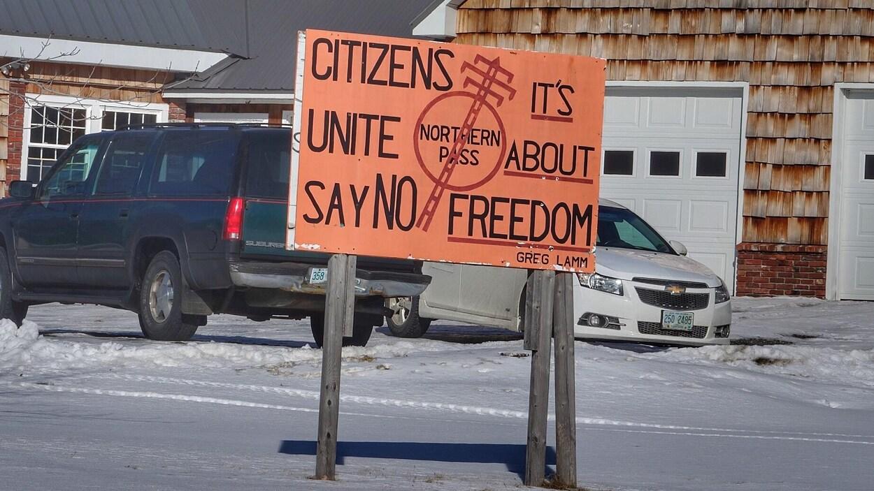 Au New Hampshire, une pancarte affichant un slogan d'opposition au projet hydroélectrique Northern Pass, où on peut lire «citoyens, unissez-vous, dites non à Northern Pass, c'est une question de liberté».