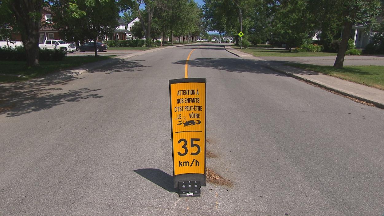 Une pancarte indiquant une vitesse de 35 km/h en plein centre de la rue