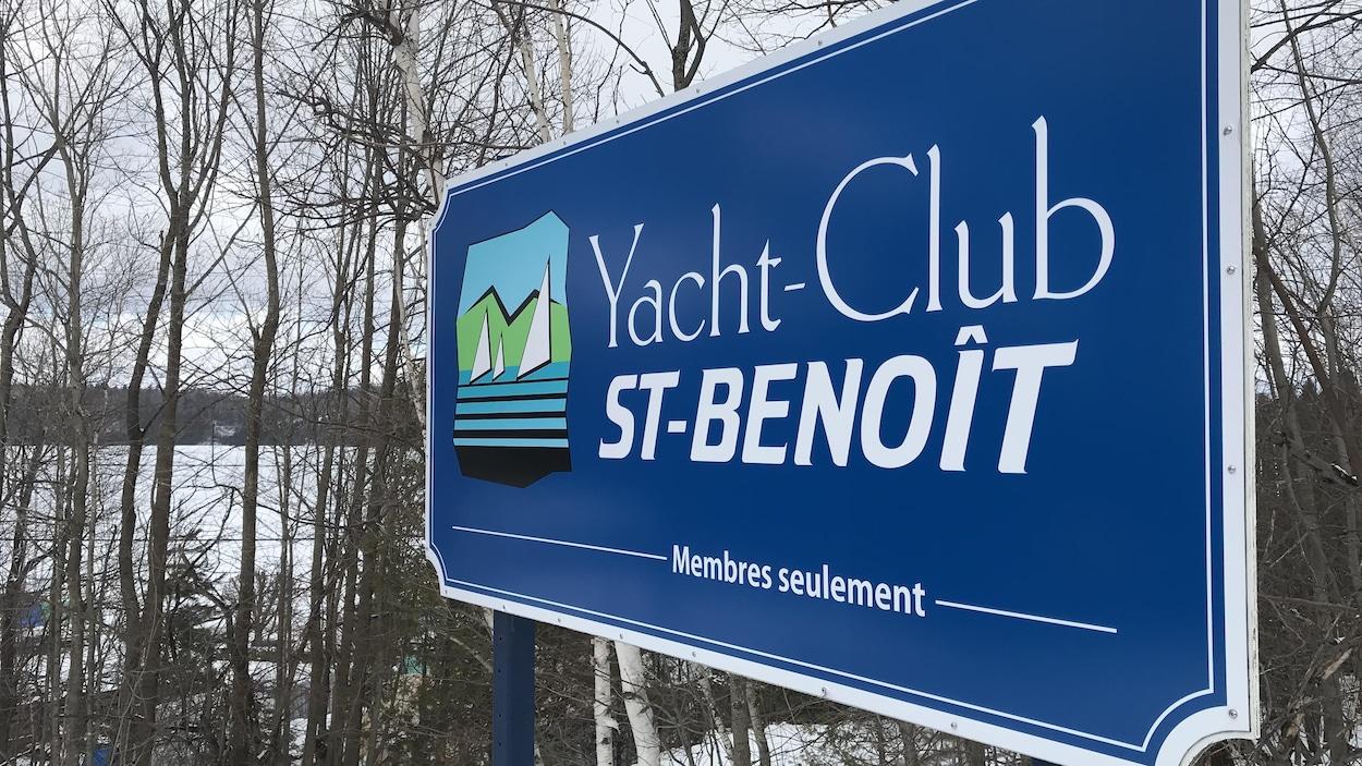 Le Yacht Club St-Benoît est installé dans le creux de la baie Sargent au lac Memphrémagog.