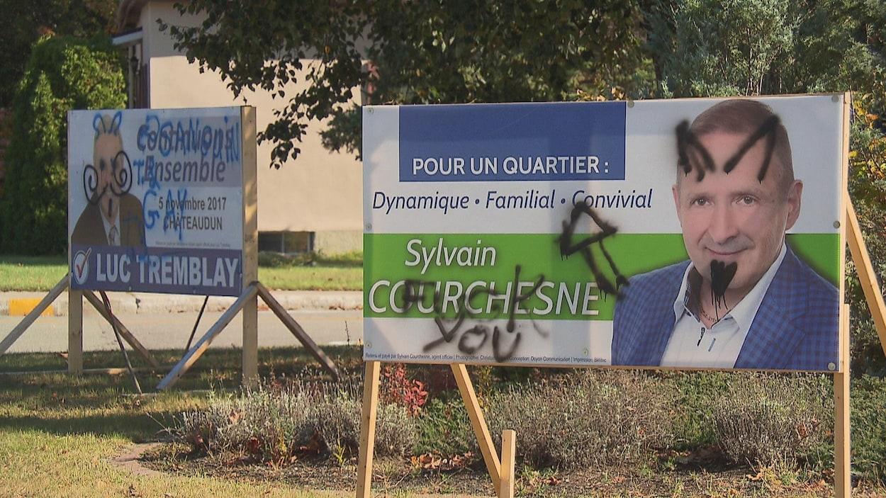 Deux pancartes gribouillées avec des dessins et une expression méchante