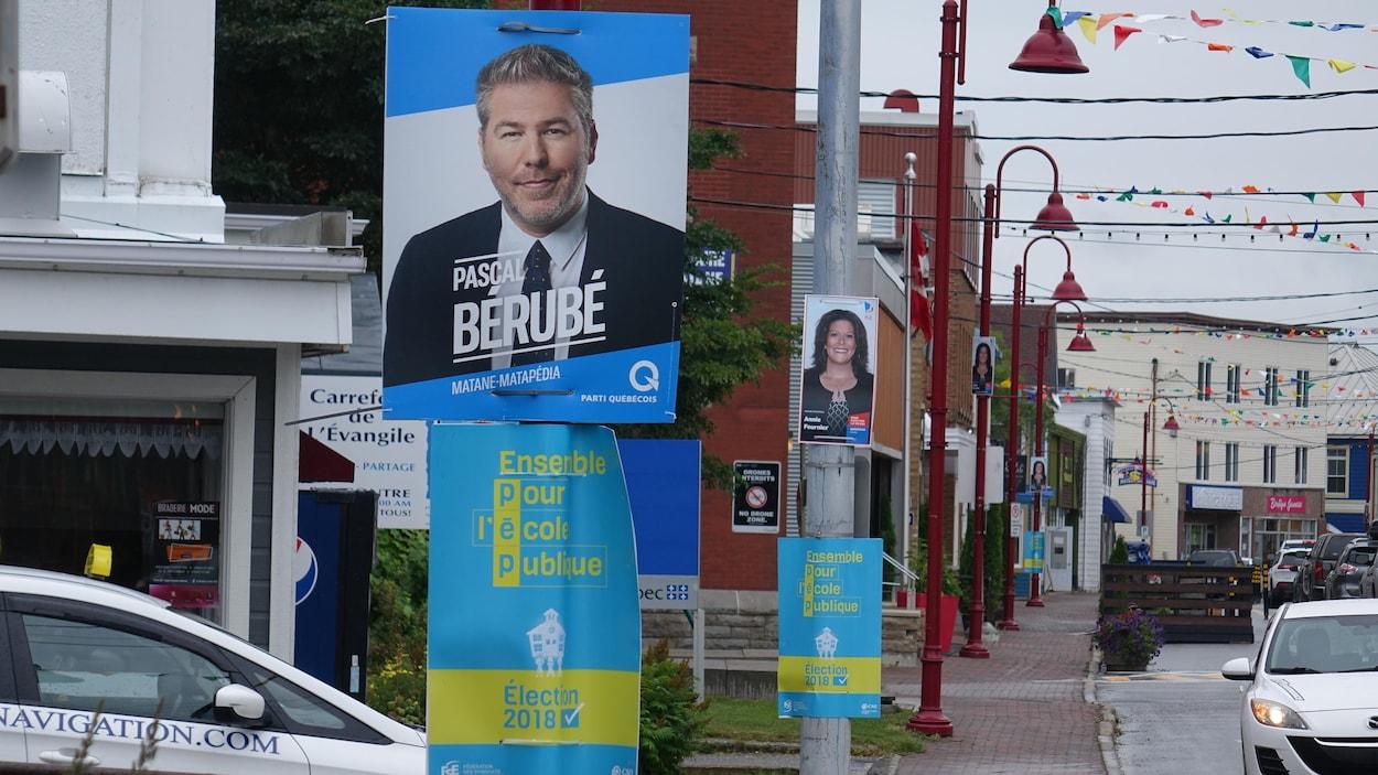Inscirption : Ensemble pour l'école publique affichée sous les pancartes électorales.