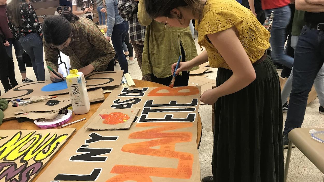 Des élèves de l'École Mitchell-Montcalm se préparent pour la manifestation de vendredi, à Sherbrooke. Sur une pancarte, on peut lire : « Il n'y a pas de planète B »
