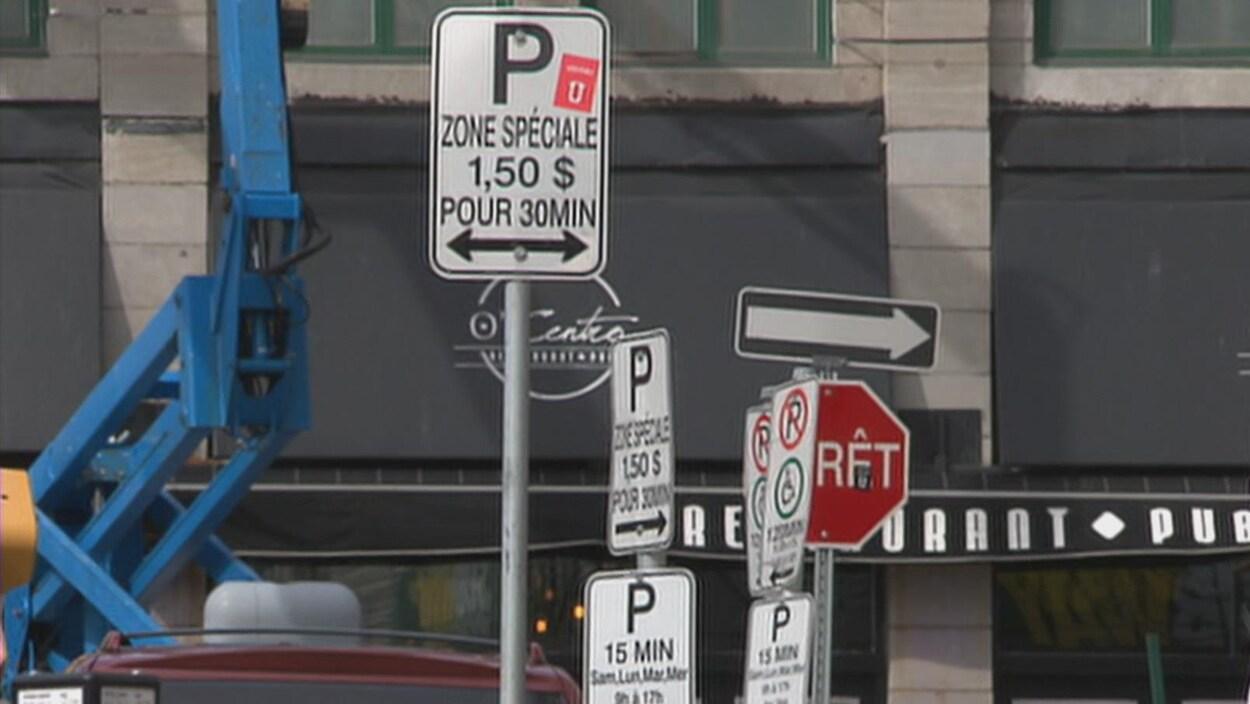 Pancartes donnant des indications de stationnement au centre-ville de Trois-Rivières
