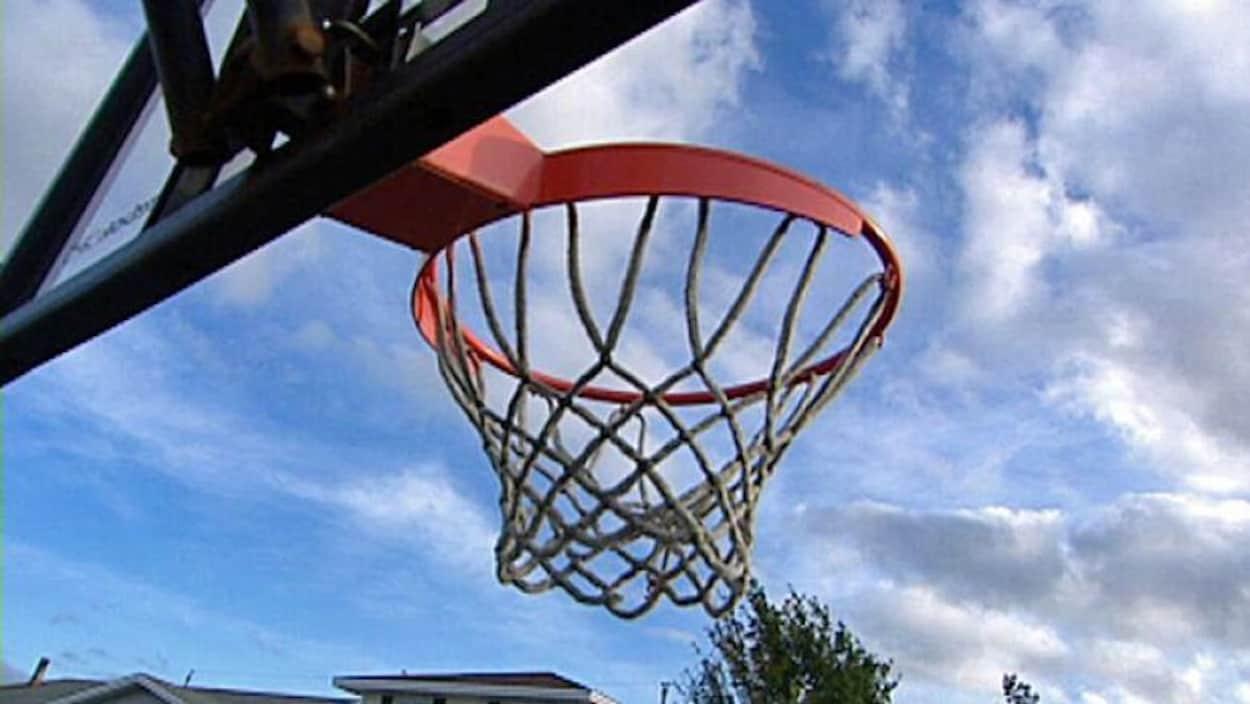Un panier de basketball.