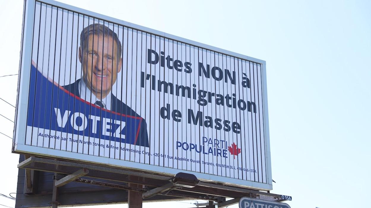 Un panneau publicitaire du groupe True North Strong à Québec, en 2019