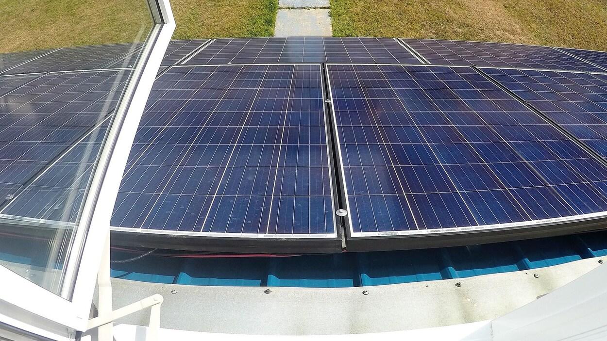 14 panneaux solaires de 24 volts ont été installés