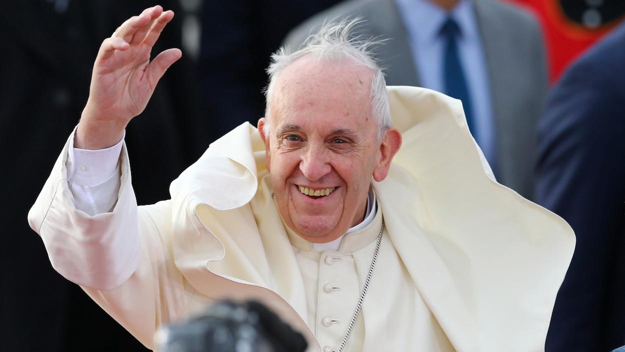 Le pape François, les cheveux au vent.