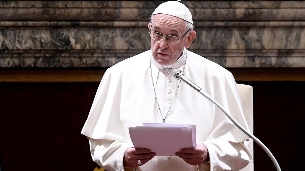 Le pape François parle au micro.