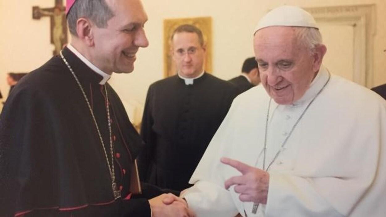 L'archevêque de Regina, Mgr Donald Bolen, et le pape François.