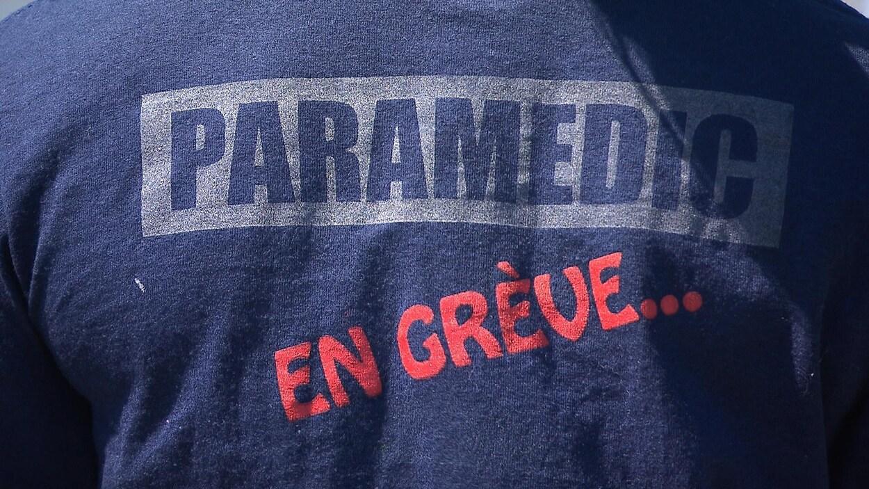 À l'arrière du chandail, on peut lire Paramédic en grève.