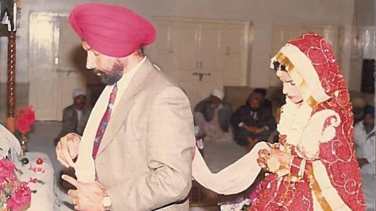 Paramjit Basanti et sa femme, Charanjit Basanti, lors de leur cérémonie de mariage.