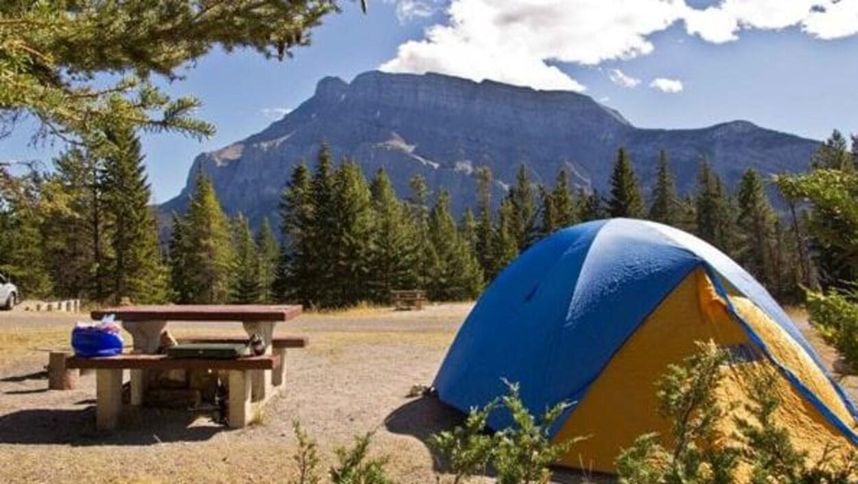 Un aire de pique-nique dans l'un des parcs provinciaux du Canada.