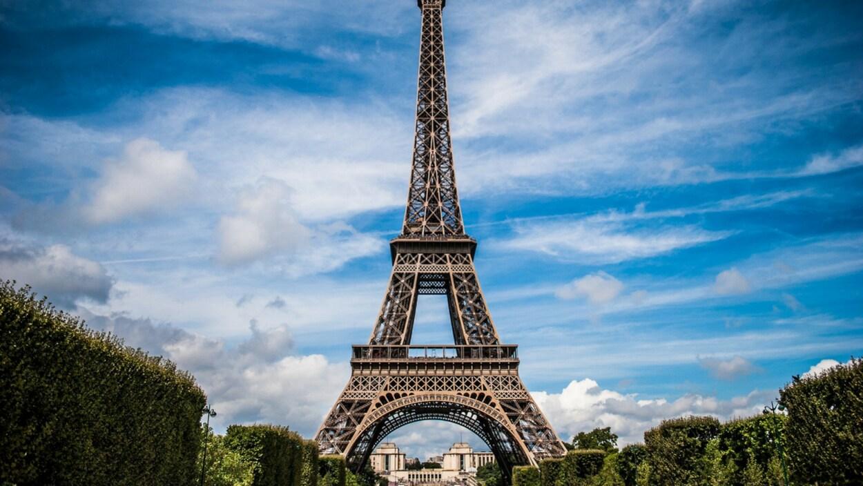 Tour Eiffel, ciel bleu et nuages.